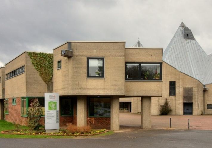 Ein Kinderdorf   Refrath + Bethanien Kinderdorf + Bau: 1962-67 + Architekt: Gottfried Böhm   ©: Elke Wetzig (2009) <br>Lizenz: CC-BY-SA-3.0 (s. Legende)   Quelle: https://commons.wikimedia.org/wiki/File:Kinderdorf_Bethanien_Refrath_2009_8683.jpg