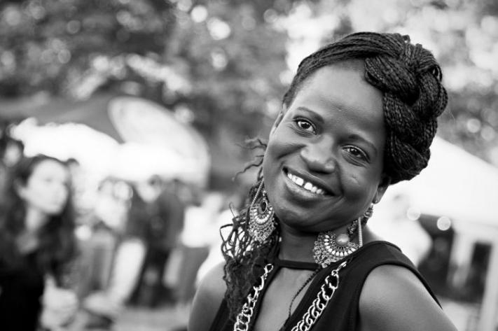 """Afrikanisches Kulturfest . 27.- 28. Juni 2015 Seit mittlerweile 10 Jahren steht das """"Afrikanische Kulturfest"""" in Frankfurt für eine Gesellschaft, in der Rassismus, Diskriminierung und Ausgrenzung keinen Platz haben. Wir denken, wir haben in den letzten 10 Jahren einen wichtigen Beitrag dazu geleistet, um Brücken zu schlagen zwischen verschiedenen Kulturen, Menschen durch wichtige politische Themen in unserem Forumszelt zum Nachdenken angeregt und Anderen einfach eine Oase zum miteinander Verweilen bei Musik, Kunst und geselligen Menschen geboten. Das Konzept, ein großes Familienfest mit kulturellem und politischem Inhalt zu verknüpfen, zeigt durch die steigenden Besucherzahlen der letzten Jahre eine große Resonanz. Traditionell erwartet die Besucher auch dieses Jahr wieder ein abwechslungsreiches Programm aus Musik, Tanz, Kinderprogramm, politischen Diskussionen, einem Bazar mit Kunsthandwerk, kulinarischen Genüssen aus Afrika und noch vieles mehr. Quelle: http://www.afrikanisches-kulturfest.de/"""
