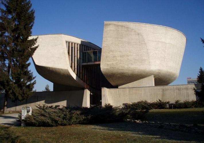 Ein Museum | Banská Bystrica Slowakai) + Museum of the Slovak National Uprising + Bau: 1964-69 + Architekt: Dušan Kuzma | ©: Eryn Blaire (2007) <br>Lizenz: CC-BY-SA-3.0 (s. Legende) | Quelle: https://sk.wikipedia.org/wiki/Súbor:Pamatnik_SNP_BB.JPG
